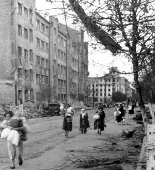Жителей города выгоняют из города. Август 1942 г.