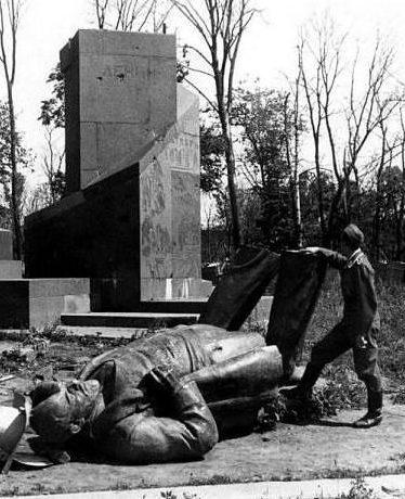 Разрушенный памятник Ленину. 1942 г.