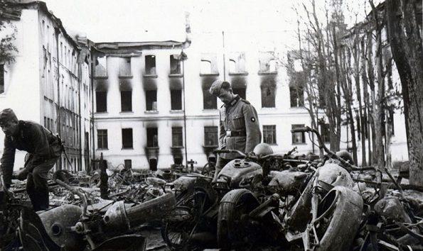 Разбомбленный мотоциклетный полк. Июль 1941 г.