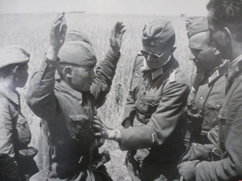 Красноармейцы сдаются в плен. Июль 1941 г.