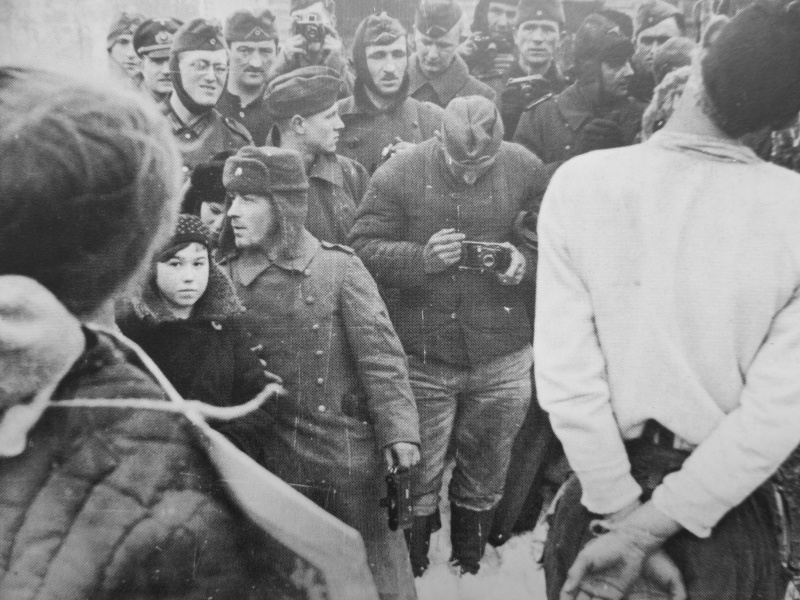 Немецкие солдаты фотографируют казненных советских партизан. Январь 1942 г.