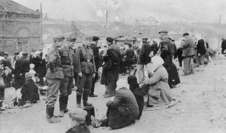 Немецкие солдаты на рынке в оккупированном Ржеве. Лето 1942 г.
