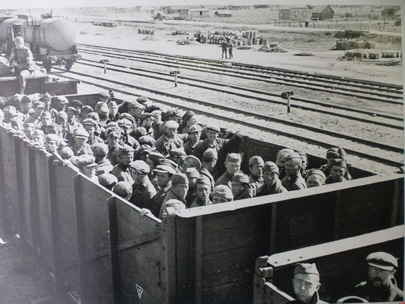 Перевозка военнопленных в концлагерь. Июль 1941 г.