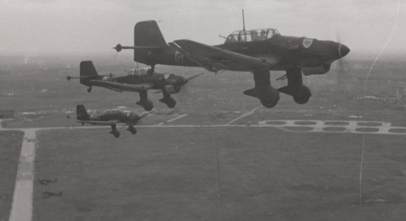 Бомбардировщики Junkers Ju 87 над аэродромом Ржев. Лето 1942 г.