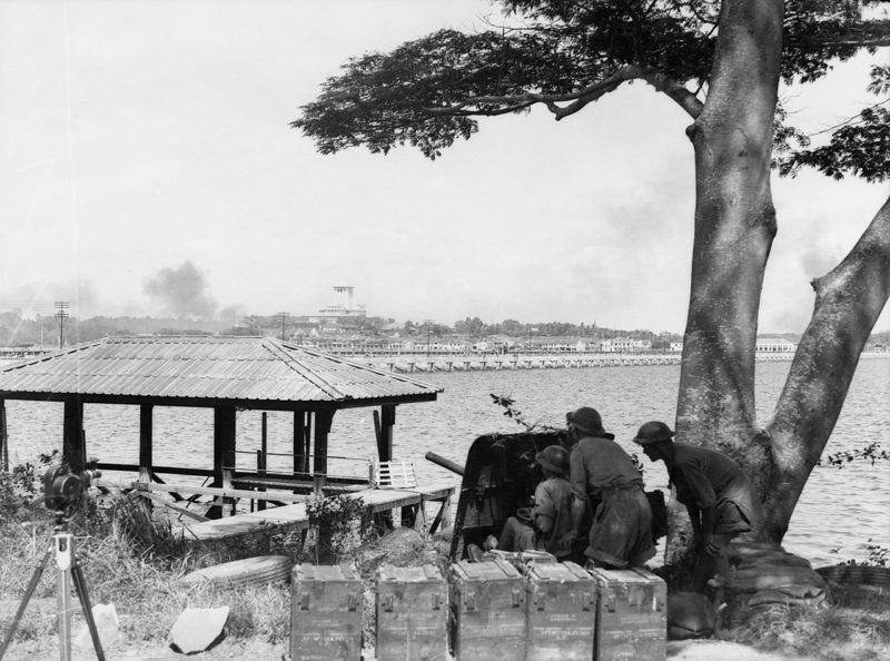Австралийские артиллеристы у Козуэй Джохор. Февраль 1942 г.
