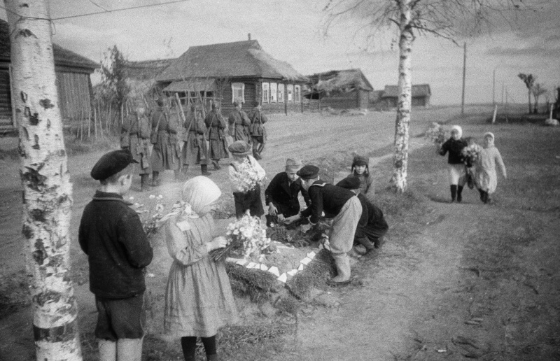 Дети возлагают цветы на могилы бойцов, павших за Ржев. Сентябрь 1942 г.