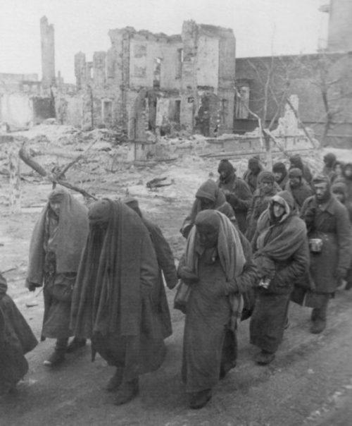 Колонна немецких военнопленных, сдавшихся в плен в Сталинграде. 1943 г.