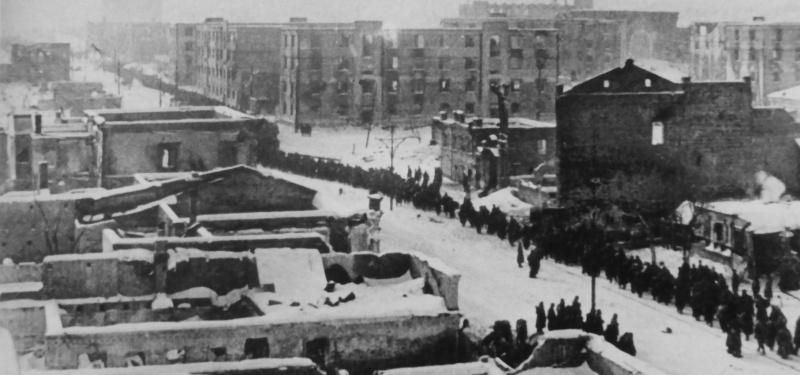 Колонна немецких военнопленных идет по улице Сталинграда. 1943 г.