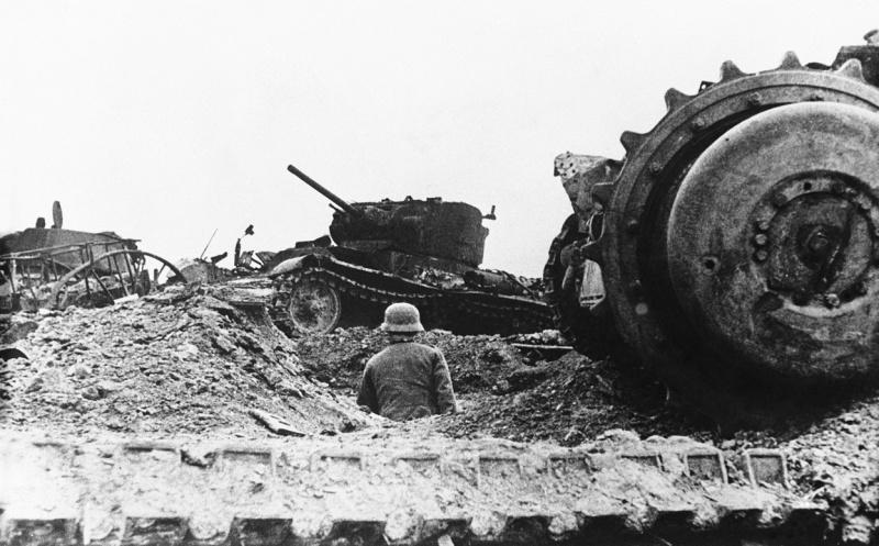 Танковое кладбище, организованное немцами в оккупированном Ржеве. Декабрь 1942 г.