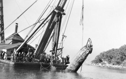 Малая японская подлодка, затонувшая в гавани Сиднея во время атаки порта. 1 июня 1942 года.