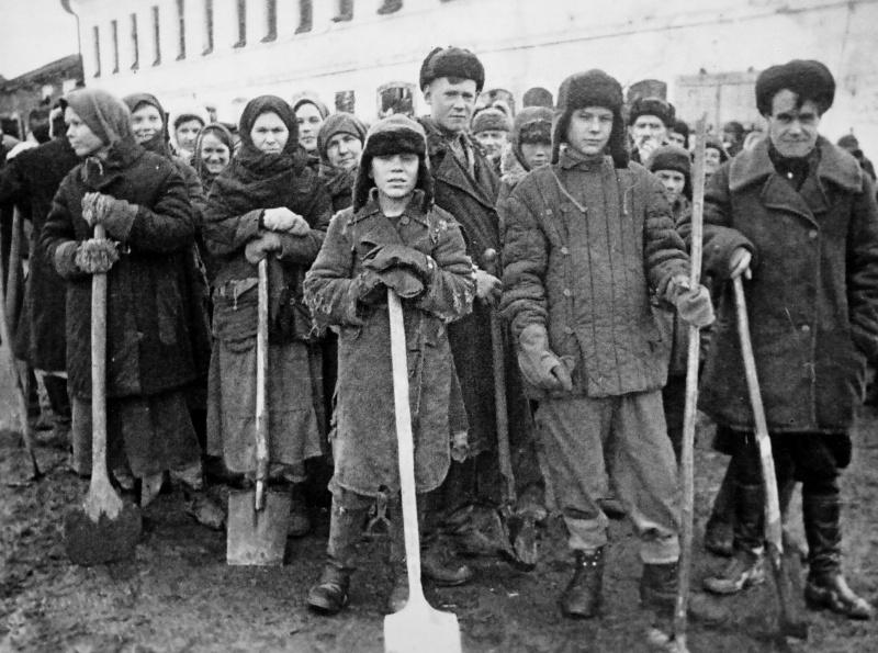 Местные жители, направленные на расчистку улиц. Март 1942 г.