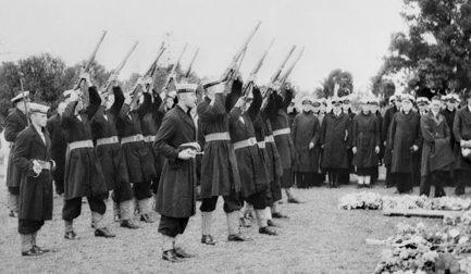 Погребальная служба для австралийских моряков, погибших во время атаки на Сидней. 1 июня 1942 года.