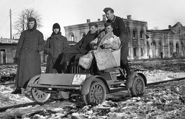 Немецкие солдаты у железнодорожного вокзала. Март 1942 г.