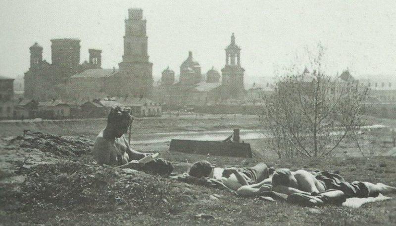 Немецкие солдаты на берегу реки. Май 1942 г.