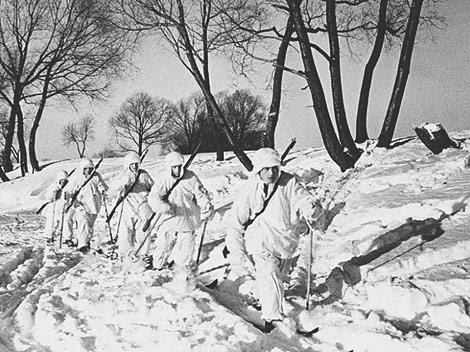 Советская пехота выдвигается к передовой во время наступления в районе Новгорода. Январь 1944 г.