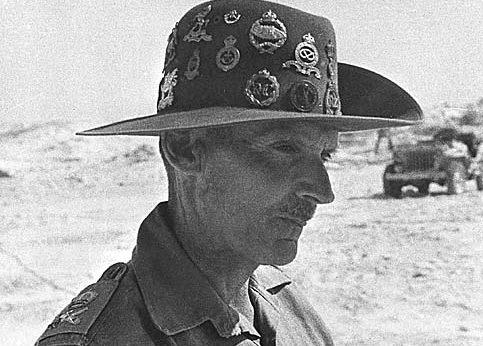Генерал-лейтенант Бернард Монтгомери в австралийской шляпе, подаренной ему в штабе 24-й австралийской бригады в Эль-Аламейне. 14 августа 1942 г.