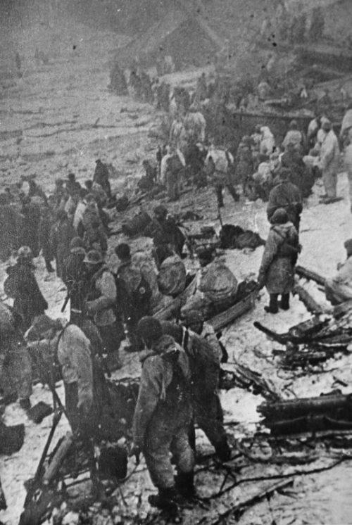 Красноармейцы переправляются через Волхов. Январь 1944 г.