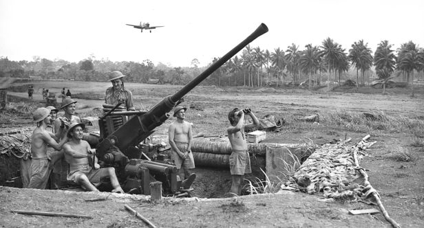 Расчет зенитного орудия на аэродроме Гили-Гили, Бухта Милн. Папуа. Сентябрь 1942 г.