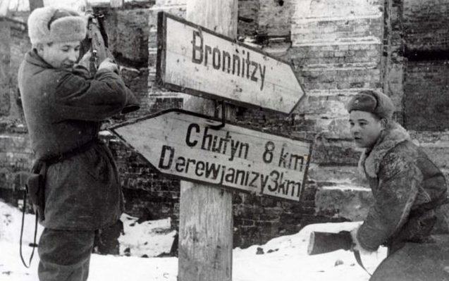 После изгнания оккупантов в Новгороде сбивают немецкие указатели. 20 января 1944 г.