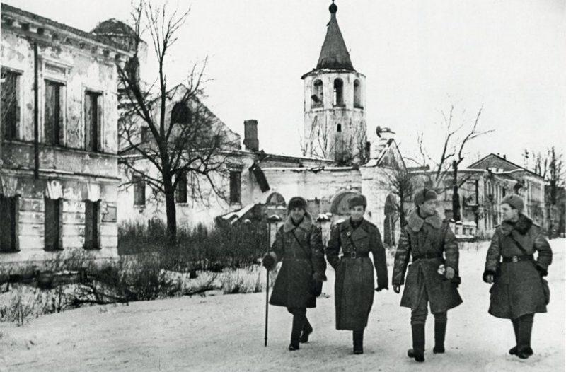 Офицеры Красной Армии в освобожденном городе. Январь 1944 г.
