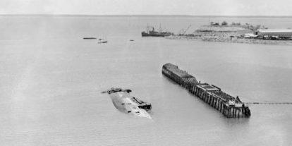 Затонувший корабль «Neptuna» и сгоревший причал в гавани Дарвина после японской атаки. 19 октября 1942 г.