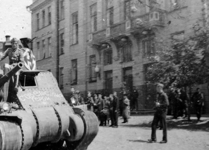 Трофейный танк М3 «Генерал Ли» на улице Орла. Июль 1942 г.