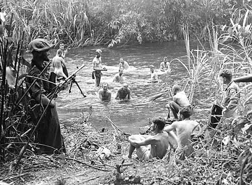 Австралийские солдаты на отдыхе между Науро и Менари во время наступления против японцев на Кокоде. Октябрь 1942 г.