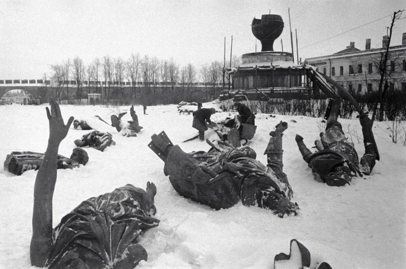 Разрушенный памятник «Тысячелетие России» на территории музея Новгородского кремля после освобождения города. Февраль 1944 г.