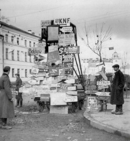 Немецкие указатели в городе. 1942 г.