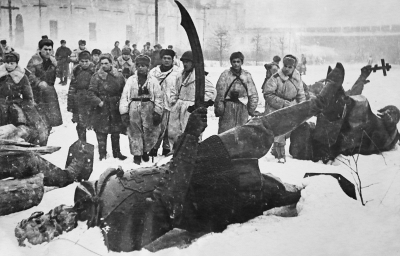 Красноармейцы у разрушенного памятника «Тысячелетие России». Февраль 1944 г.