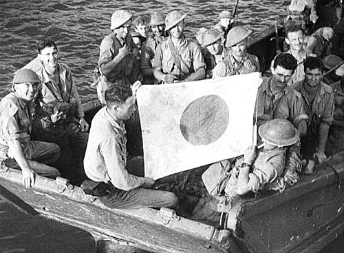 Австралийские солдаты на японской десантной барже, захваченной в Милн-Бэй. Октябрь 1942 г.