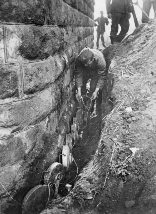 Немецкие саперы минируют мост. Сентябрь 1943 г.