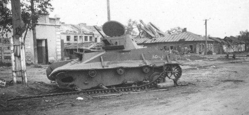 Подбитый советский танк Т-60 на улице Кольцовской в Воронеже. 1942 г.