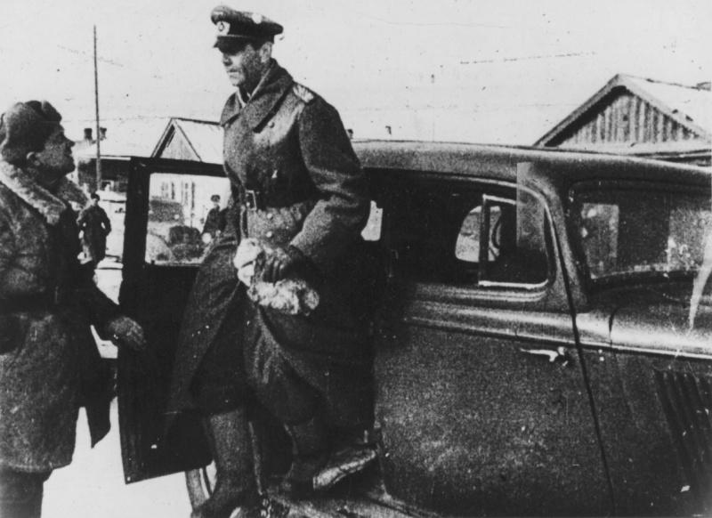 Пленный фельдмаршал Фридрих Паулюс выходит из автомобиля в штабе 64-й армии в Бекетовке 1943 г.