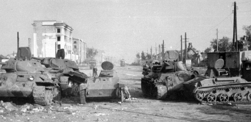 Советские танки Т-34 и Т-60, подбитые на улице 20 лет Октября. 1942 г.
