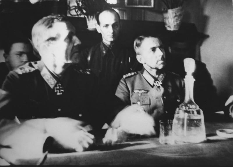 Пленный генерал-фельдмаршал Фридрих Паулюс на допросе в штабе 64-ой армии генерала Шумилова в Бекетовке. 1943 г.