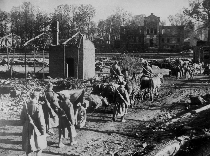 Расчеты советских 76-мм пушек у железнодорожного техникума. Сентябрь 1943 г.