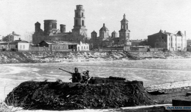 Немецкое зенитное орудие на берегу реки. Февраль 1943 г.