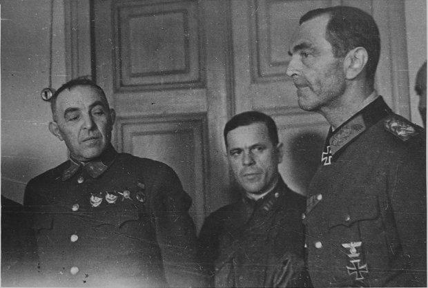 Фридрих Паулюс. Крайний слева — заместитель командующего Донским фронтом генерал-лейтенант К.П. Трубников. 1943 г.