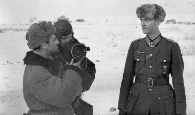 Паулюс дает интервью советскому корреспонденту. 1943 г.