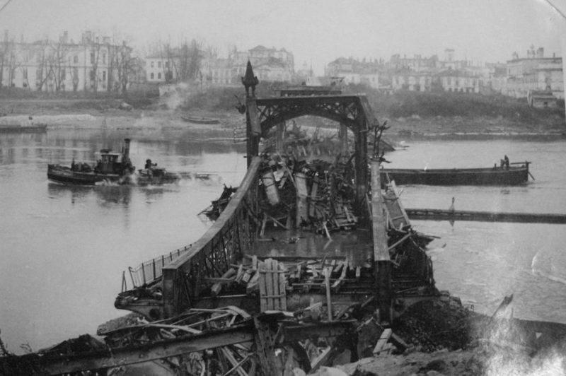 Разрушенный пешеходный мост. 1944 г.