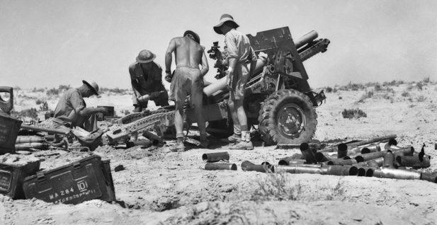 Артиллеристы ведут огонь по немецким позициям в регионе Эль-Аламейн. Ноябрь 1942 года.