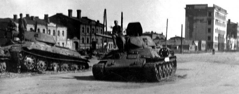Немецкие солдаты позируют на подбитых советских танках Т-34 на улице Воронежа. 1942 г.