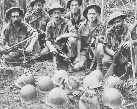 Австралийцы, после похорон японцев в братских могилах вдоль трассы Кокода. Ноябрь 1942 г.