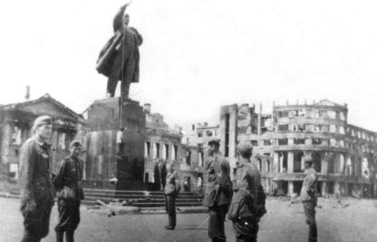 Немцы использовали памятник Ленину в оккупированном Воронеже как виселицу. 1942 г.