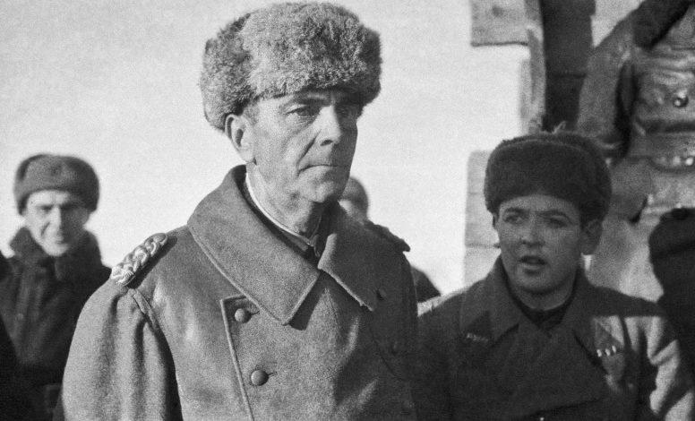 Пленный Паулюс с советским офицерами на хуторе Заварыгин под Сталинградом. 1943 г.