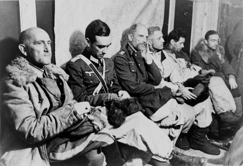 Пленные немецкие офицеры 6-й армии Вермахта в Сталинграде. 1943 г.