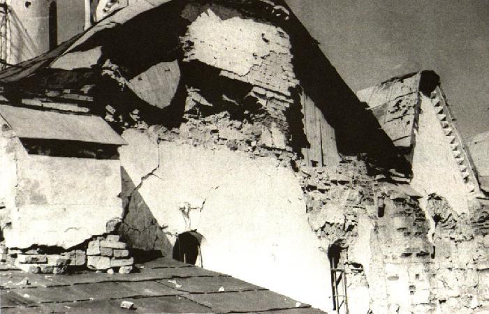 Фрагмент разрушенного фасада Софийского собора в Новгороде. 1944 г.