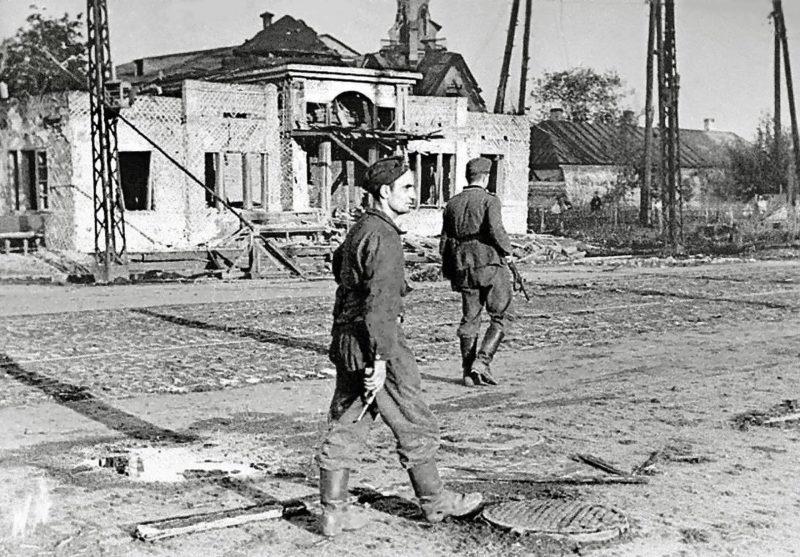 Немецкий патруль у Ново-Митрофановского кладбища. 1942 г.