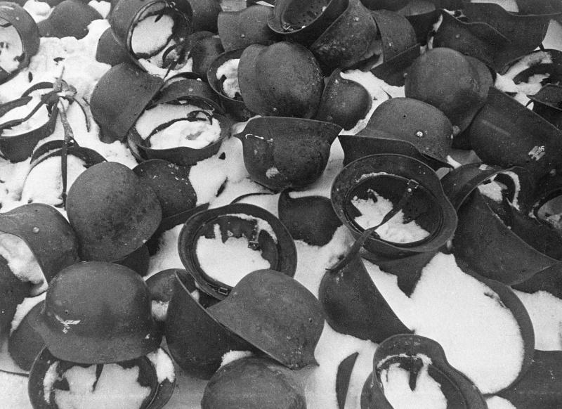 Немецкие каски, оставленные под Сталинградом. Март 1943 г.